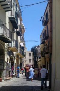 Shoppinggata. Cefalù. Sicilien.