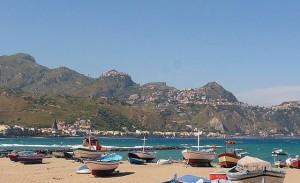 Fiskebåtar vid stranden. Giardini-Naxos.