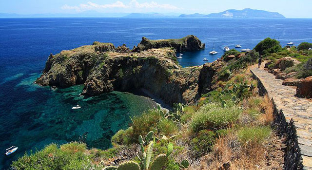 Panarea, en av de lipariska öarna. Sicilien.